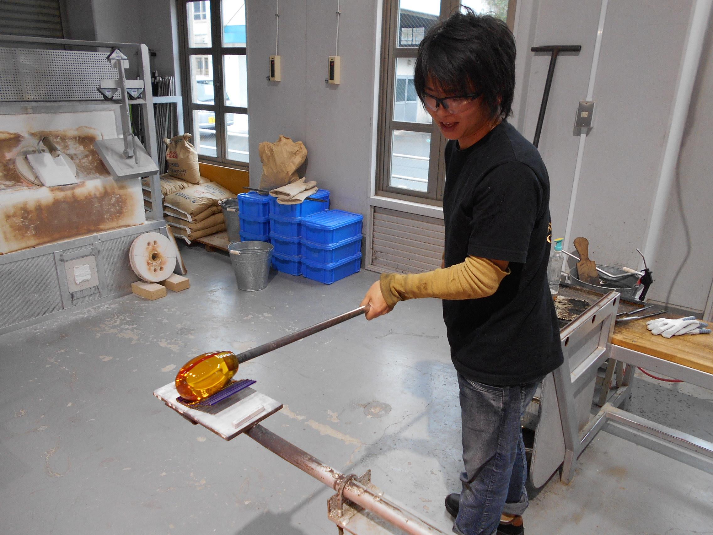 ガラス作家の三垣さんが制作に来られています。